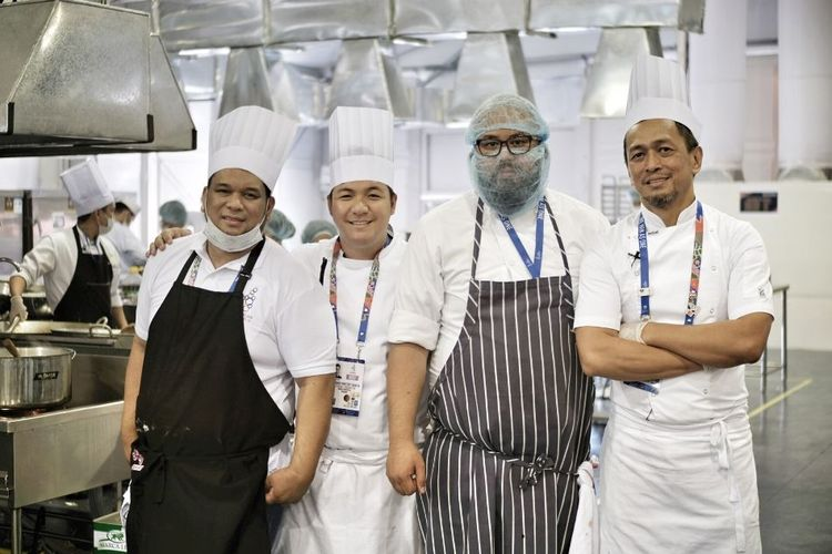Chef Sau del Rosario dengan anggota tim, dari kiri, Howard Dizon, Leonard Vincent Garcia, dan Bong Sagmit