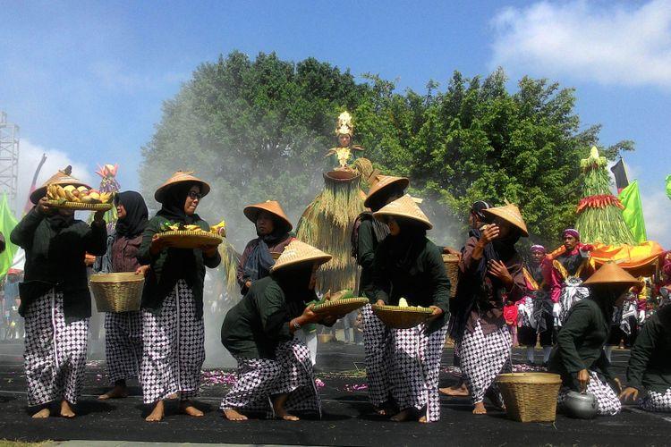 Dinas Kebudayaan DIY menggelar Festival Upacara Adat Tradisional antar kabupaten/kota se-DIY 2018. Helatan tersebut dilaksanakan di Alun-alun Wates, Minggu (22/07/2018).