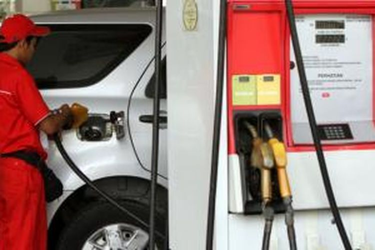 Mobil sedang mengisi bensin subsidi.