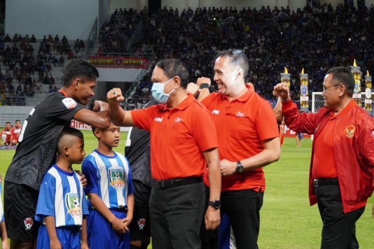 Zainudin Amali (Menpora). Mochamad Iriawan (Ketum PSSI) dan Cucu Soemantri (Direktur PT LIB) ketika menyapa pemain Persiba Balikpapan dan Kalteng Putra dengan salam siku pada pembukaan Liga 2 2020 di Stadion Batakan, Sabtu 14 Maret 2020.
