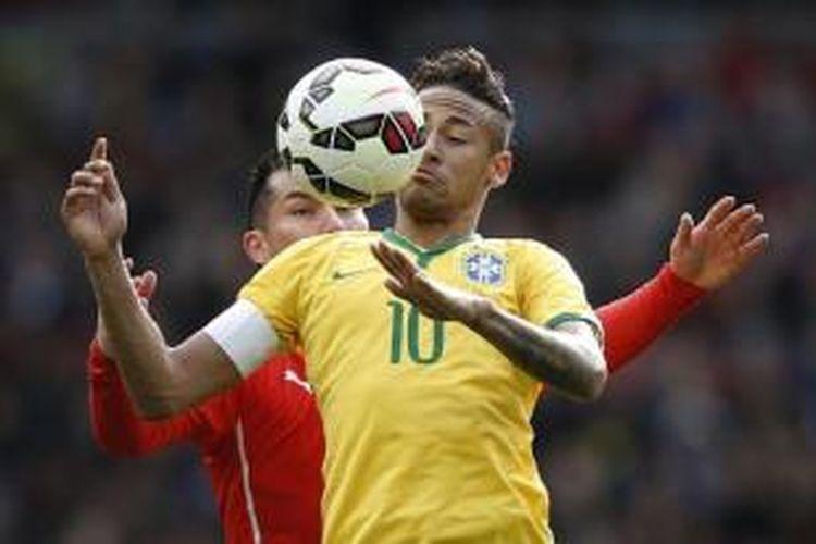 Gary Medel dan Neymar berduel saat uji coba antara Brasil dan Cile pada Minggu (29/3/2015).