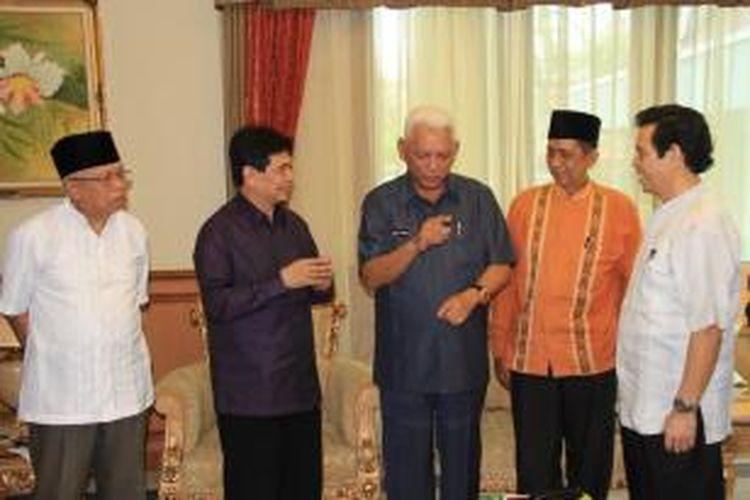 Gubernur Kaltim Awang faroek Ishak menerima kedatangan Rektor UNU Kaltim Farid Wadjdi