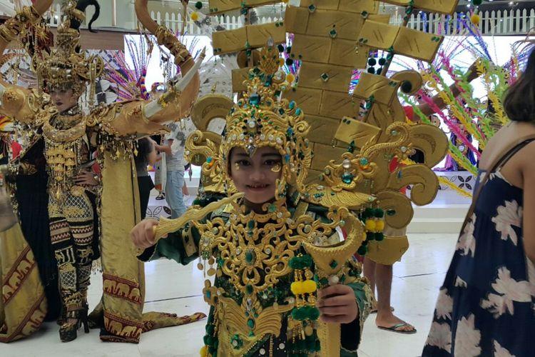 Dava, salah satu peserta Jember Fashion Carnaval, berfoto sesuai gelaran karnaval di Lippo Mall Kuta, Bali, Jumat (29/9/2017).