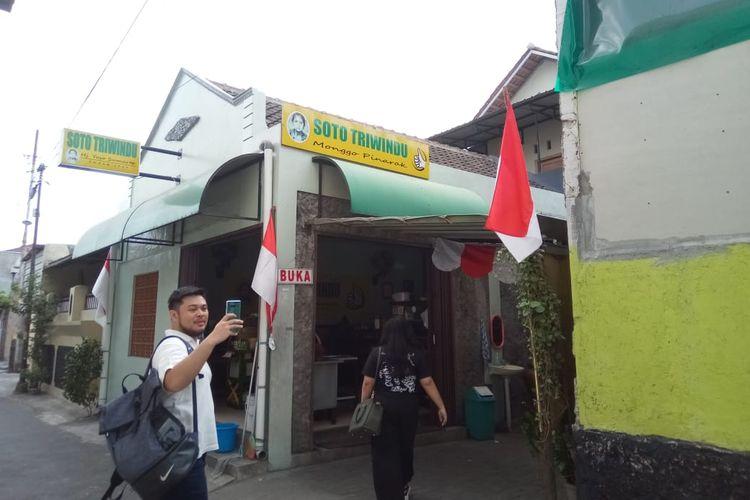 Warung soto ini berada di alan Teuku Umar, Solo, Jawa Tengah dan mudah dijangkau dari tempat jual-beli barang antik, Pasar Triwindu