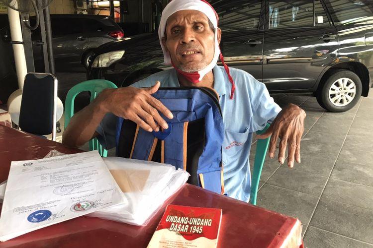 Agustinus Woro (51) saat ditemui di Polsek Kebayoran Baru, Jakarta Selatan pada Senin (26/11/2020) siang. Agustinus diamankan ke Polsek Kebayoran Baru setelah beraksi memanjat tower baliho di dekat Mabes Polri.