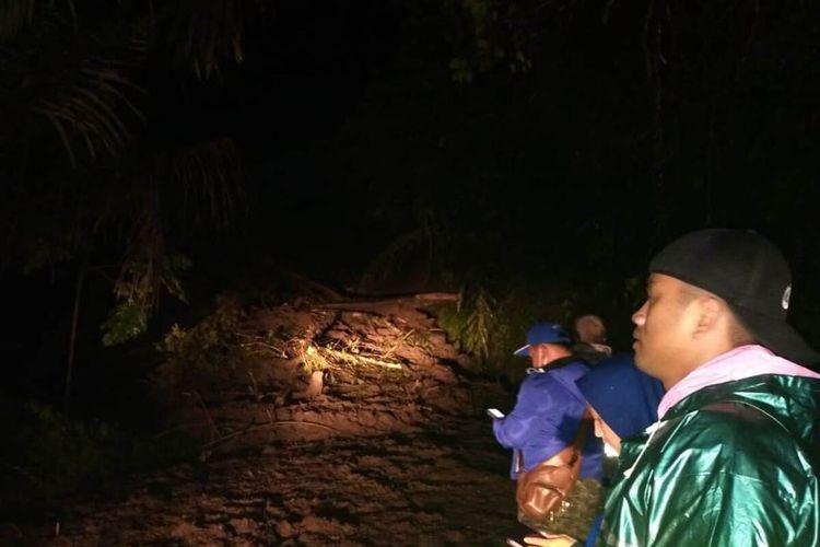 Ruas jalan penghubung Cianjur-Bandung di wilayah Kecamatan Naringgul, Kabupaten Cianjur, Jawa Barat terputus akibat tebing setinggi 20 meter longsor, Kamis (26/3/2020) petang.