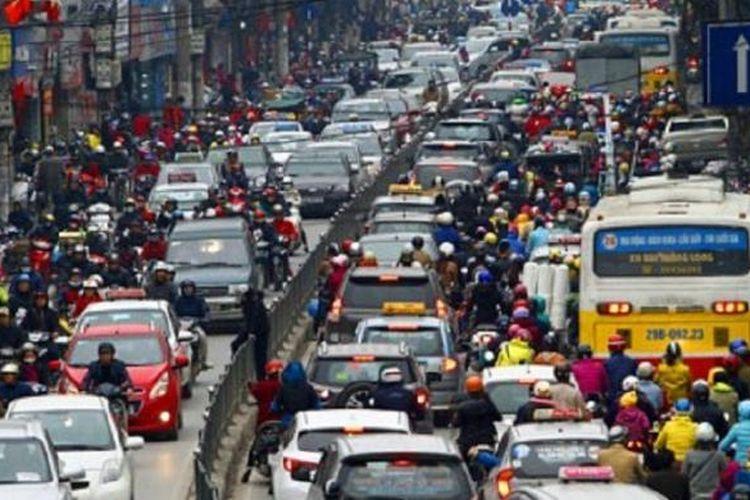 Kepadatan lalu lintas di Hanoi, ibu kota Vietnam. Pemerintah melarang sepeda motor masuk kota untuk mengurangi kemacetan dan melipatgandakan armada angkutan publik berbasis bus.