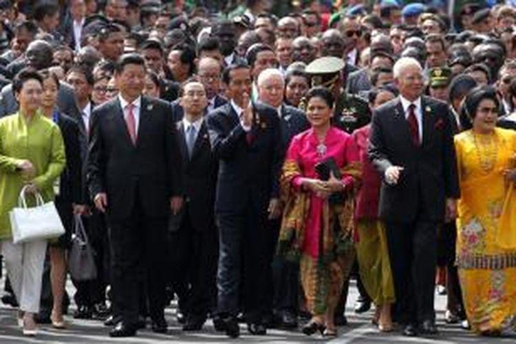 Presiden Joko Widodo bersama beberapa pemimpin Asia dan Afrika melakukan napak tilas di ruas-ruas jalan kota Bandung yang menjadi tuan rumah Konferensi Asia Afrika 60 tahun lalu. Terlihat dalam kesempatan itu Presiden China Xi Jinping dan PM Malaysia Najib Razak yang didampingi istri masing-masing.