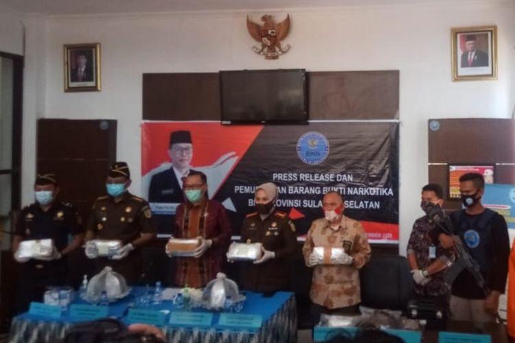 BNNP Sulsel beserta jajarannya saat ekspos kasus peredaran jaringan narkoba jenis ganja di Makassar, Rabu (11/11/2020).