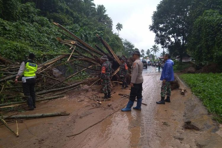 Personil TNI-Polri bersama pemerintah terkait saat melakukan pembersihan longsor di wilayah Kelurahan Tinoor, Kecamatan Tomohon Utara, Sabtu (02/02/2019).