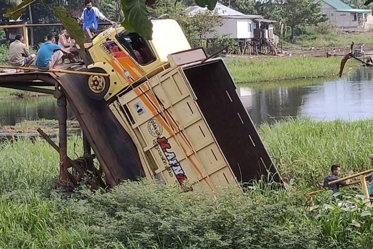 Inilah jembatan Ambruk di Desa Tebing Gerinting Utara Kecamatan Indralaya Selatan Ogan Ilir Sumatera Selatan Minggu (12/7/2020) kemarin.  Satu kendaraan truk terjatuh ke sungai dalam kejadian itu.
