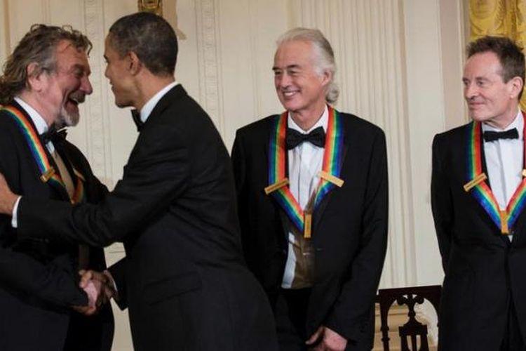 Presiden AS Barack Obama menyalami para personel grup rock Led Zeppelin, Robert Plant (kiri), Jimmy Page, dan John Paul Jones. Obama menyerahkan penghargaan untuk Led Zeppelin yang dinilai memberi kontribusi untuk budaya AS.