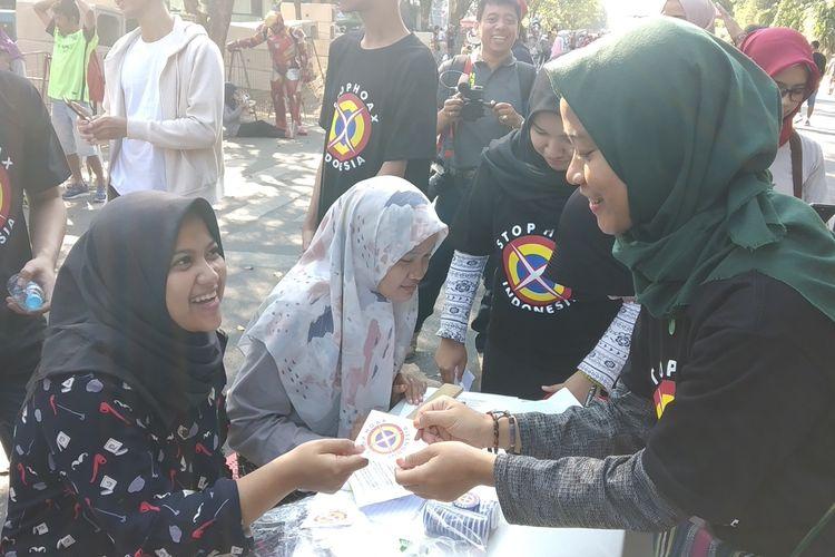 Relawan Masyarakat Anti Fitnah Indonesia (Mafindo) Solo membagikan stiker stop hoaks di car free day (CFD) Solo, Jawa Tengah, Minggu (18/8/2019).