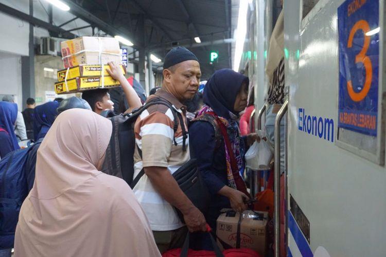 Stasiun Senen, Jakarta Pusat dipadati penumpang dari berbagai tujuan. Sejumlah penjagaan dari internal pihak stasiun hingga petugas kepolisian dikerahkan untuk menjaga keamanan di kawasan tersebut, Senin (11/6/2018).
