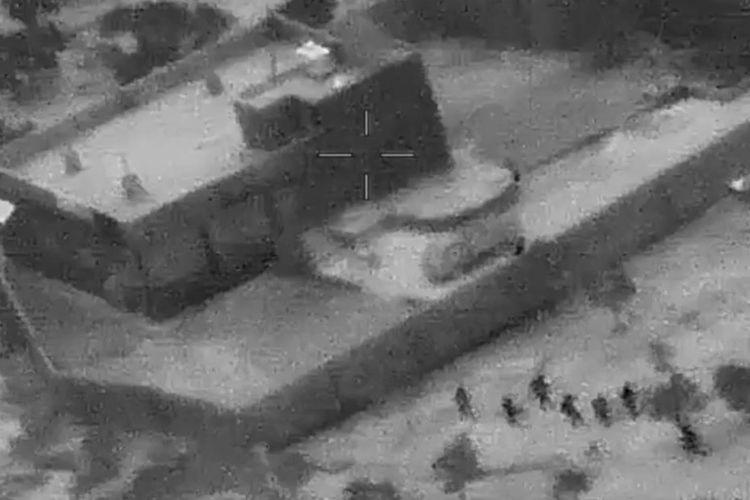 Foto yang dirilis Kementerian Pertahanan AS pada 30 Oktober 2019 memperlihatkan pasukan khusus (kanan, bawah) menyerbu bangunan yang diyakini dijadikan tempat bersembunyi Pemimpin ISIS Abu Bakar al-Baghdadi di Barisha, Suriah, pada 26 Oktober 2019.