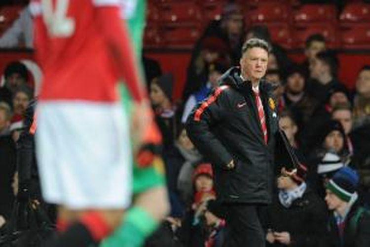 Salah satu ekspresi pelatih Manchester United Louis van Gaal, pada pertandingan Premier League antara timnya dan Southamton, di Old Trafford, Minggu (11/1/2015). Laga itu berakhir 1-0 untuk Southampton.