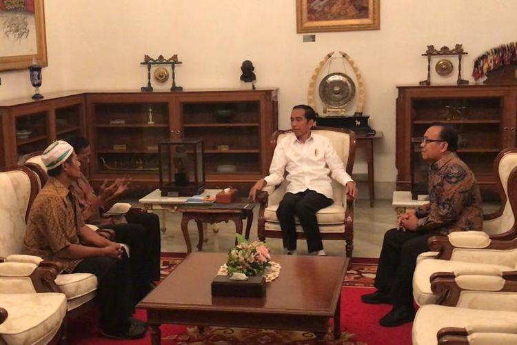 Presiden Joko Widodo di Istana Merdeka Jakarta, Jumat (24/5/2019) sore, menerima dua pedagang kelontong yang menjadi korban rusuh 22 Mei 2019 lalu.