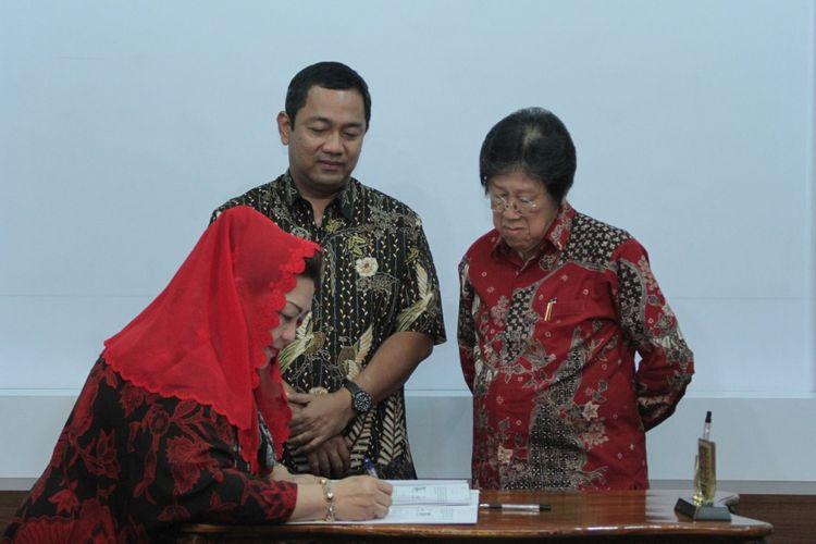 Wali Kota Semarang, Hendrar Prihadi, menandatangani nota kesepahaman dengan pihak ketiga untuk mengembangkan destinasi wisata Hutan Tinjomoyo dan Taman Lele, Jumat (6/4/2018)