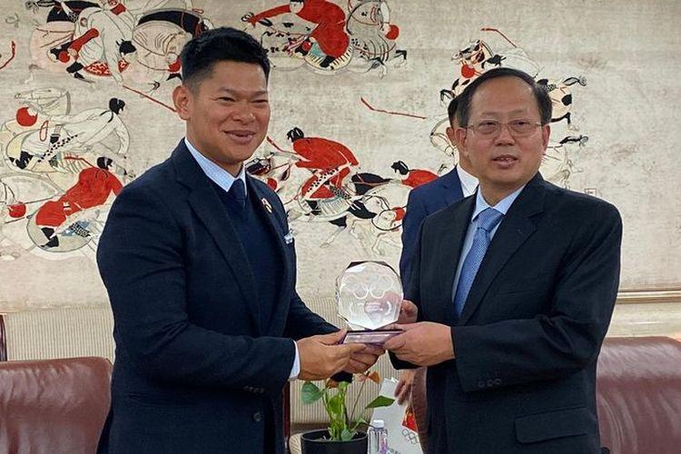 Ketua KOI Raja Sapta Oktohari (kiri) dengan Presiden NOC China, Gou Zhongwen dalam pertemuan Indonesia untuk menjadi tuan rumah Olimpiade 2032 di Beijing, China, Kamis (14/11/2019).