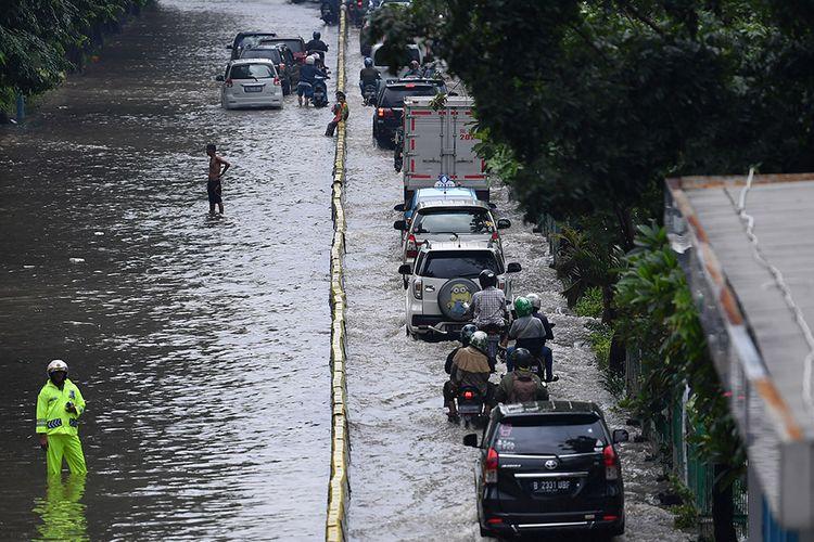 Sejumlah kendaraan menerobos banjir di Jalan Letjen Suprapto, Jakarta Pusat, Sabtu (8/2/2020). Hujan deras yang mengguyur Jakarta sejak Sabtu (8/2) dini hari membuat sejumlah kawasan di Ibu Kota terendam banjir.