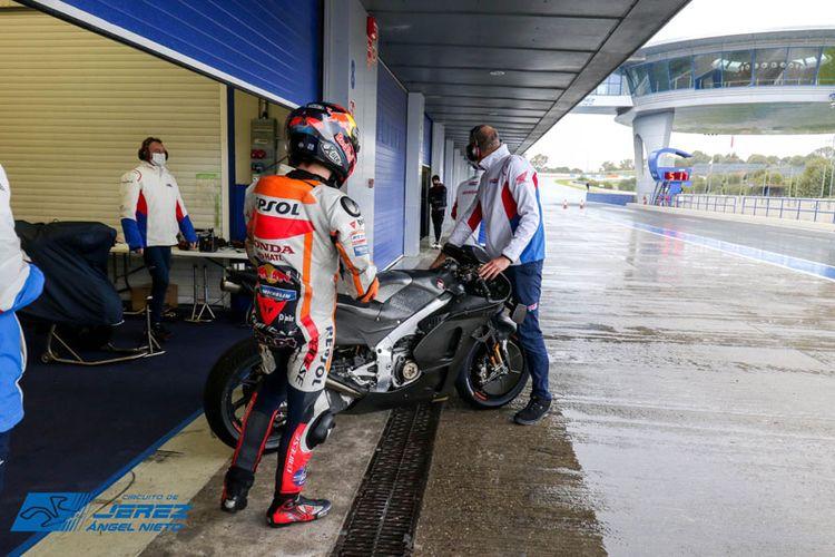 Stefan Bradl  jajal Honda RC213V 2021 di Sirkuit Jerez, Spanyol.