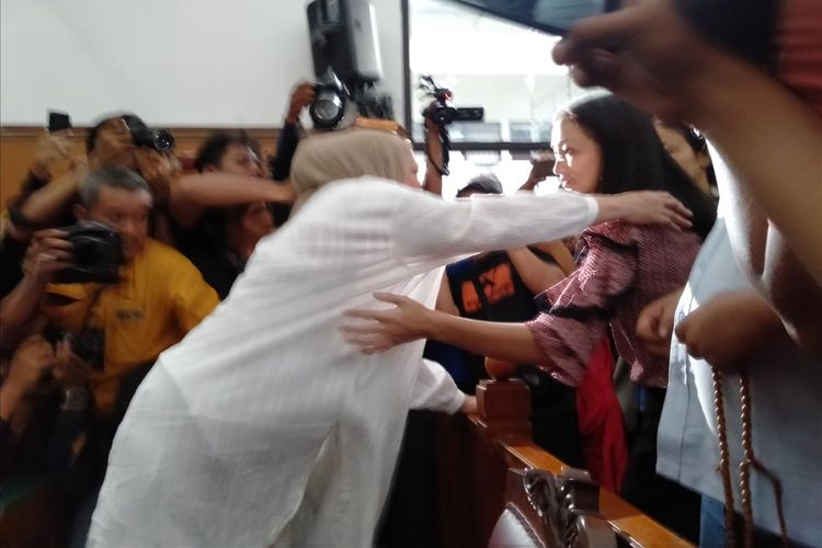 Ratna Sarumpaet peluk Atiqah Hasiholan usai divonis Hakim, Kamis (11/7/2019)