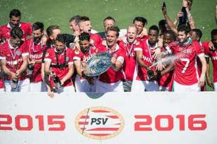 PSV Eindhoven resmi menjadi juara Eredivisie 2015-2016 setelah mengalahkan PEC Zwolle 3-1, Minggu (8/5/2016). Pada saat yang sama, pesaing terdekat PSV, Ajax Amsterdam, hanya bermain imbang 1-1 melawan De Graafschap.