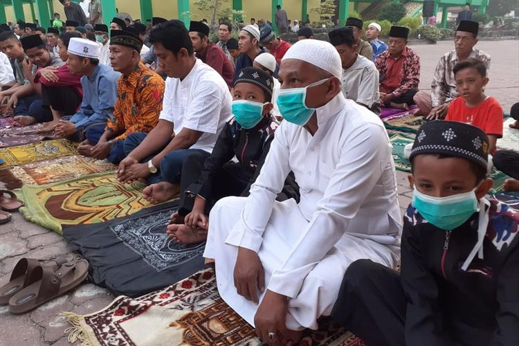 Warga mengenakan masker saat salat Hari Raya Idul Adha 1440 H di Halaman Museum Sang Nila Utama di Jalan Jenderal Sudirman, Kota Pekanbaru, Riau, Minggu (11/8/2019).