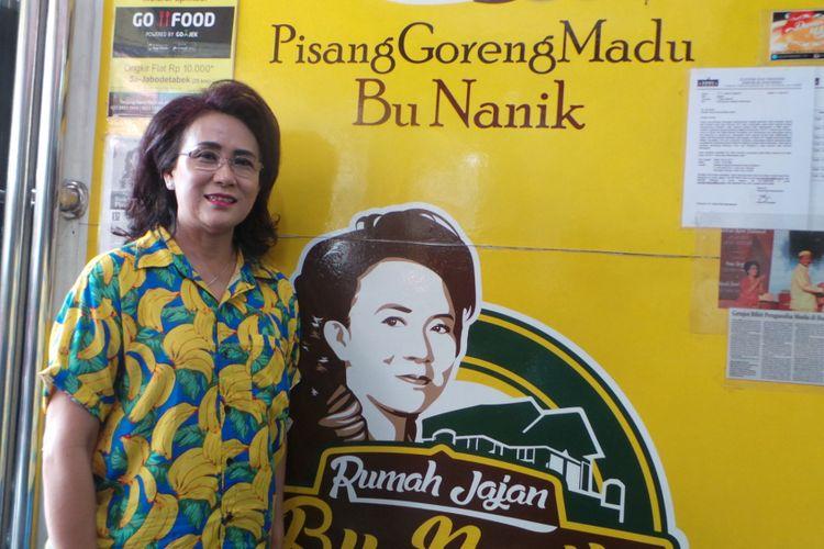 Nanik Soelistiawati, pemilik usaha Pisang Goreng Madu Bu Nanik, saat diabadikan Kompas.com di tokonya di kawasan Tanjung Duren, Jakarta Barat.