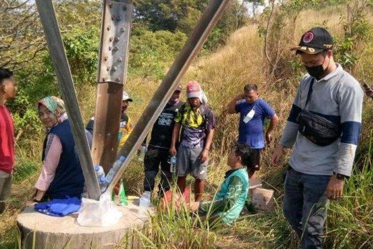 Dua pesepeda tersesat di Bukit Pemancar, Kelurahan Kotabumi, Kecamatan Purwakarta, Kota Cilegon.