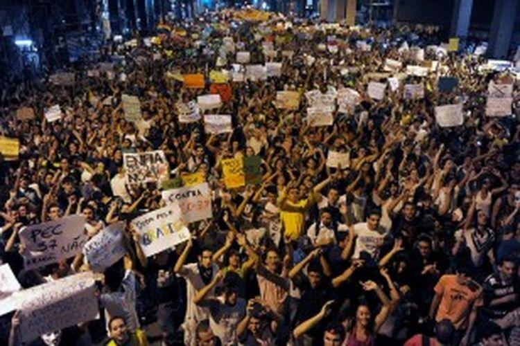 Ribuan warga Brasil memadati jalanan di pusat kota Rio de Janeiro menentang kenaikan tarif transportasi dan biaya besar yang dikeluarkan pemerintah untuk menggelar Piala Konfederasi dan Piala Dunia 2014.