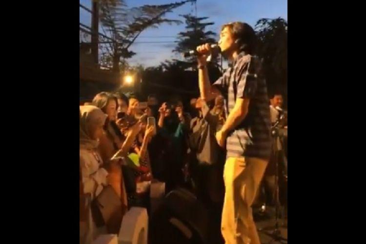 Cuplikan video vokalis Sheila on 7, Duta Akhdiyat Modjo bernyanyi di sebuah pesta pernikahan.