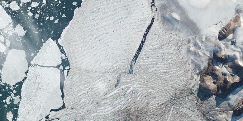 Pada 31 Juli, bagian utara Dataran Es Milne telah retak dan terbelah.