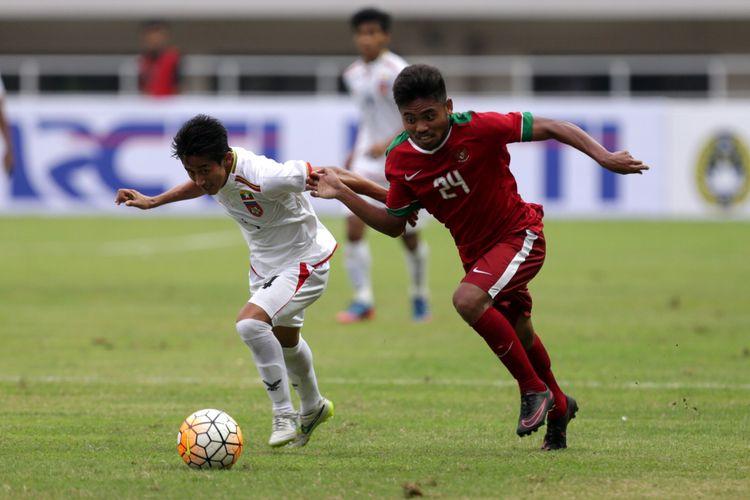 Pemain timnas Indonesia, Saddil Ramdani berebut bola dengan pemain timnas Myanmar, David Htan saat pertandingan persahabatan Indonesia melawan Myanmar di Stadion Pakansari, Cibinong, Bogor, Jawa Barat, Selasa (21/3/2017). Indonesia kalah 1-3 melawan Myanmar. KOMPAS IMAGES/KRISTIANTO PURNOMO