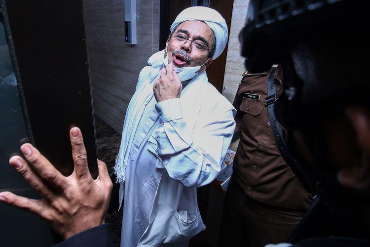 Terdakwa Rizieq Shihab memasuki gedung Bareskrim Polri usai menjalani sidang tuntutan di Jakarta, Kamis (3/6/2021). Pada sidang tersebut JPU menuntut Rizieq Shihab pidana penjara selama enam tahun untuk kasus tes usap RS UMMI, Bogor. ANTARA FOTO/Rivan Awal Lingga/wsj.
