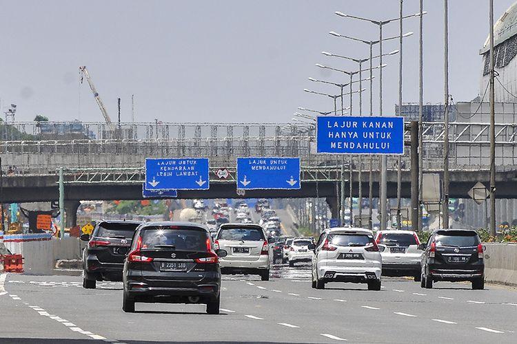 Sejumlah kendaraan melintas di tol Jakarta-Cikampek, Bekasi Jawa Barat, Minggu (1/11/2020). Pada arus balik libur cuti bersama dan Maulid Nabi Muhammad SAW, lalu lintas di tol Jakarta-Cikampek terpantau ramai lancar.