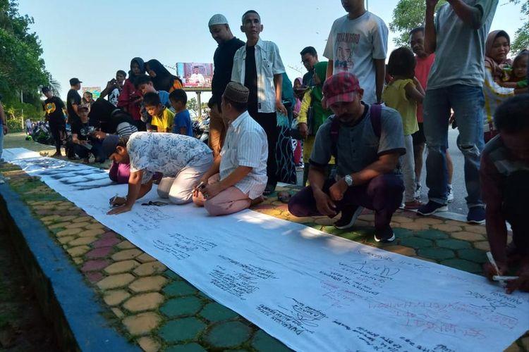 Warga Karimun lakukan penggalangan dukungan moril bagi tersangka kasus dugaan suap dan gratifikasi yang baru-baru ini terjaring operasi tangkap tangan (OTT) Komisi Pemberantasan Korupsi (KPK).
