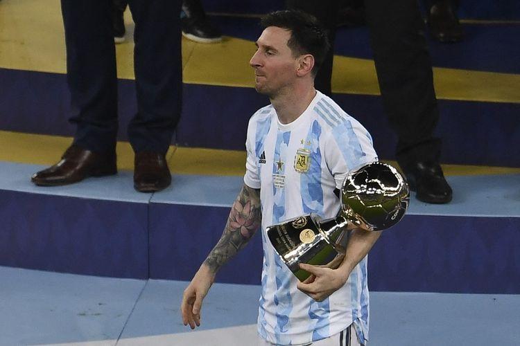 Lionel Messi memegang trofi Top Skor Copa America 2021 setelah timnas Argentina mengalahkan Brasil 1-0 di final yang bergulir di Stadion Maracana pada Minggu (11/7/2021), pagi hari WIB.