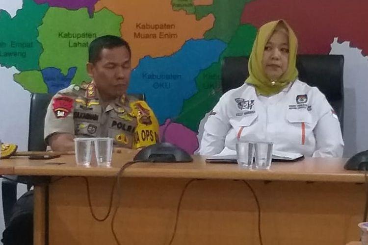 Ketua KPU Sumsel Kelly Mariana bersama Kapolda Sumsel Irjen Pol Zulkarnain Adinegara memberikan keterangan pers terkait hilangnya lima kotak suara Pilpres di Kabupaten Banyuasin, Rabu (17/4/2019).