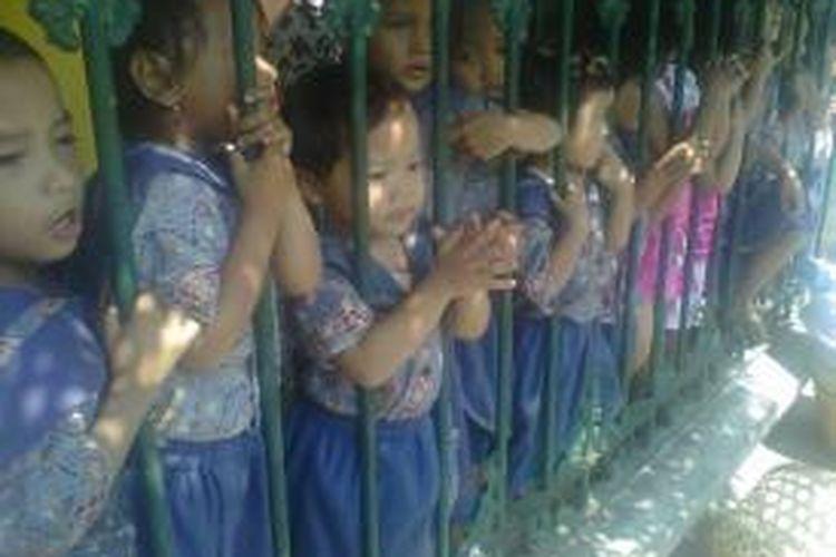 Puluhan anak berteriak-teriak memanggil nama Jokowi dari dalam pagar Taman Pengasuhan anak TPA Beringharjo, Yogyakarta, Senin (2/6/2014).