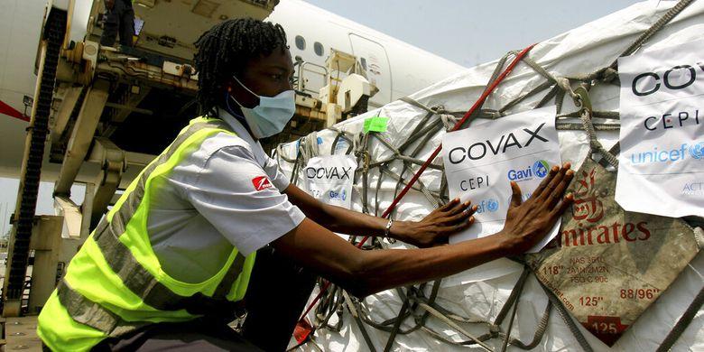Pengiriman vaksin Covid-19 yang didistribusikan oleh Fasilitas COVAX tiba di Abidjan, Pantai Gading, Jumat 25 Februari 2021.