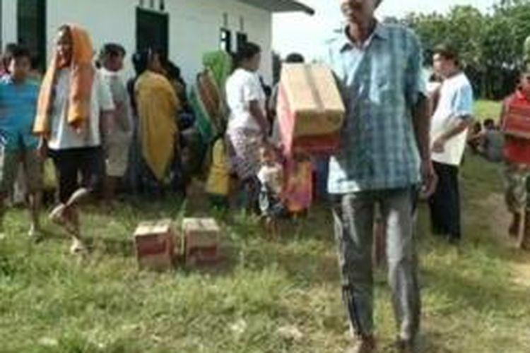 Pembagian bantuan sembako bagi korban banjir bandnag di mamuju tengah yang tidak merata mendapat protes sejumlah korban. Mereka mendesak panitia agar mereka juga diberi bantuan seperti korban lainnya.