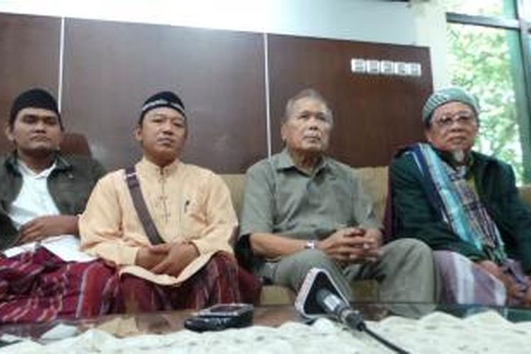 Anggota Wantimpres Albert Hasibuan (kedua dari kanan) menerima para perwakilan warga Sampang di Kantor Wantimpres, Jakarta, Kamis (3/10/2013).