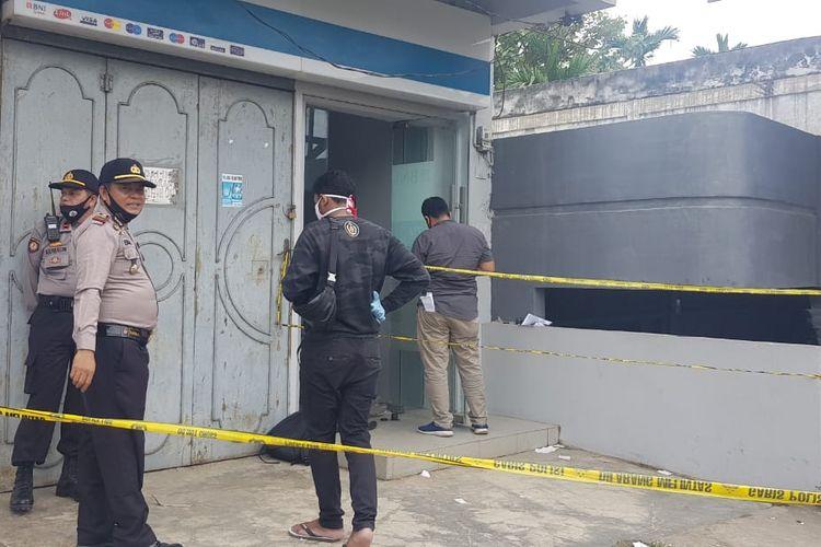Mesin Anjungan Tunai Mandiri (ATM) milik Bank Negara Indonesia (BNI) di Desa Mancang Geudong, Kecamatan Samudera, Aceh Utara, Senin (13/7/2020).