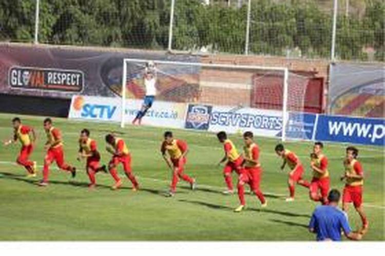 Para pemain Tim Nasional Indonesia U-19 melakukan pemanasan sebelum pertandingan uji coba melawan Valencia B di Ciudad Deportivo de Paterna Valencia, Kamis (18/9/2014) malam.