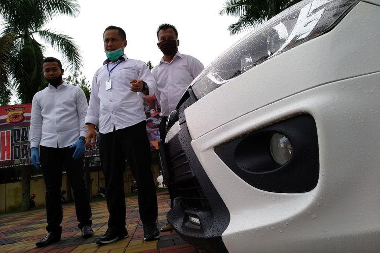 Satreskrim Polres Tasikmalaya Kota berhasil menangkap pelaku pencurian kendaraan bermotor dengan modus mengelabui pemilik pencucian dan menunjukkan salah satu barang buktinya berupa mobil Toyota Yaris warna putih, Senin (6/4/2020).