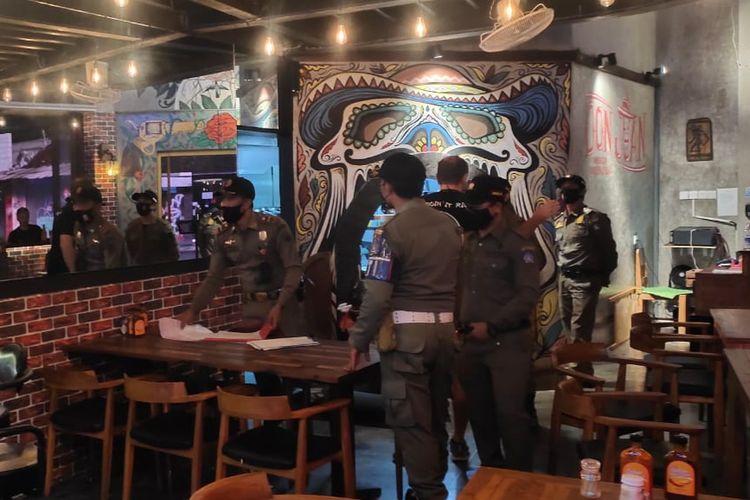 Satpol PP Badung saat sidak di salah satu restoran di kawasan Petitenget, Badung, Bali, Senin (11/1/2021) malam.