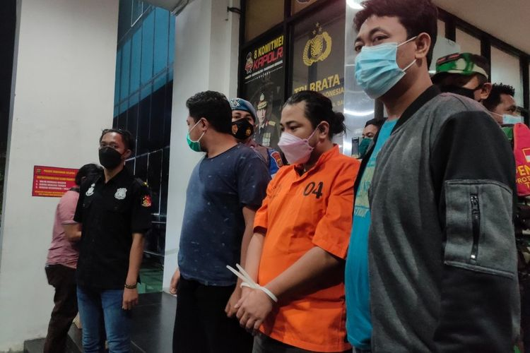 WH (35), seorang ayah yang menganiaya anak kandungnya yang berusia 5 tahun ditangkap dan dibawa ke Mapolres Tangerang Selatan, Kamis (20/5/2021) malam.