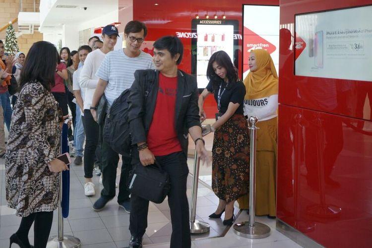 Antrean pembeli iPhone x di Galeri Smartfren Jakarta Pusat, Jumat (22/12/2017).