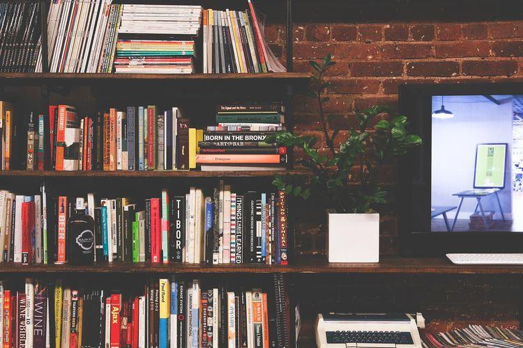 Ilustrasi rak buku, koleksi buku.